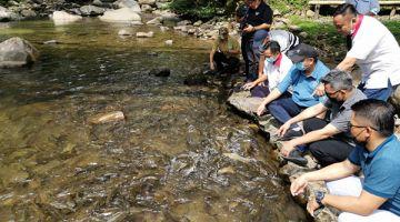 TINJAU: Joniston (duduk, tiga kanan) melawat eko-pelancongan komuniti Melangkap Tiong di Kampung Melangkap Tiong, Kadamian, Kota Belud.