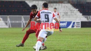Mat Yo cuba melepasi pemain Kelantan United FC. - Gambar ihsan Sarawak United.