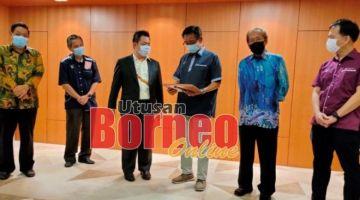 Abdul Karim (tiga kanan) menerima penghargaan token yang diberikan oleh Yong (tiga kiri), sementara (dari kanan) Chang Kee, Gregory, Wong dan Lau melihat sama.