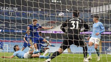 GOL KEMENANGAN: Alonso (tengah) menjaringkan gol kemenangan buat Chelsea pada perlawanan Liga Perdana Inggeris di antara Manchester City dan Chelsea di Stadium Etihad di Manchester, kelmarin. — Gambar AFP