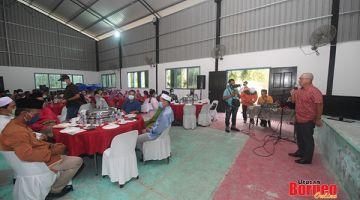 PATUHI SOP: Ronald berucap sebelum berbuka puasa bersama masyarakat Islam di Kampung Bintang Mas Telupid
