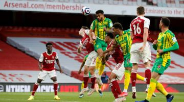 AKSI SEBENAR: Pemain pertahanan West Bromwich Albion Darnell Furlong (tengah) menanduk bola pada perlawanan Liga Perdana Inggeris di antara Arsenal dan West Bromwich Albion di Stadium Emirates, kelmarin. — Gambar AFP