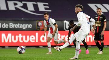 BERGAYA: Neymar menjaringkan gol pada perlawanan Ligue 1 Perancis di antara Stade Rennais Football Club dan Paris Saint-Germain di stadium Roazhon di Rennes, kelmarin. — Gambar AFP