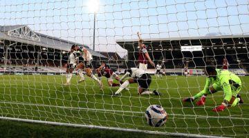 PEMBUKA TIRAI: Ashley Westwood menjaringkan gol pembukaan pada perlawanan Liga Perdana Inggeris di antara Fulham dan Burnley di Craven Cottage di London, kelmarin. — Gambar AFP