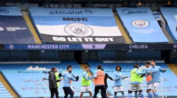 PANASKAN BADAN: Pemain Manchester City memanaskan badan sebelum perlawanan Liga Perdana Inggeris di antara Manchester City dan Chelsea di Stadium Etihad di Manchester, Sabtu lepas. — Gambar AFP