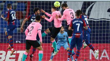 BERTEMBUNG DI UDARA: Sebahagian daripada babak-babak aksi perlawanan La Liga Sepanyol di antara Levante dan Barcelona di Stadium Ciutat de Valencia. — Gambar AFP