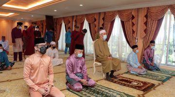 KHUTBAH: Tun Juhar (tengah) bersama Al Hambra (kiri) dan Ag Damit (kanan) mengikuti khutbah.