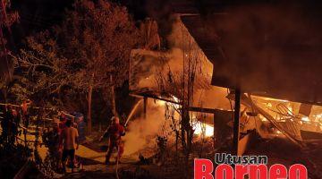 PADAM : Anggota Bomba berusaha memadam dan mengawal kebakaran daripada terus merebak.