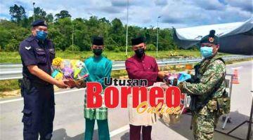 DIHARGAI: Amin (dua kanan) serta pegawai kanannya yang lain ketika bersama-sama menyerahkan sumbangan Hari Raya Aidilfitri kepada anggota keselamatan yang bertugas di SJR Jambatan Durin di Sibu, kelmarin.