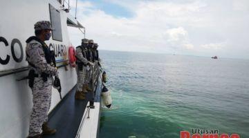 Anggota APMM melakukan kawalan ketat di perairan Bintulu.