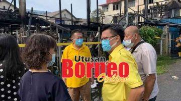 TINJAU: Chieng (dua kanan) turun padang melawat mangsa kebakaran di Jalan Tiong Hua.