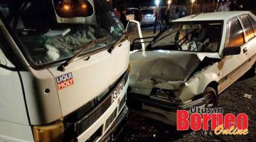 MAUT : Mangsa maut di tempat kejadian selepas kenderaanya melanggar lori terbabit.