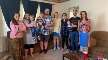 Nuurrianti (kiri) bersama rakan-rakan profesor Northern State University dan keluarga semasa rumah terbuka di kediamannya di Aberdeen, South Dakota.