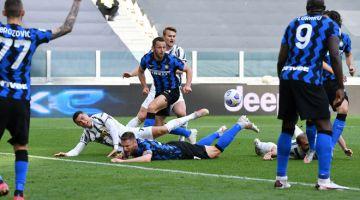 PERTEMUAN HANGAT: Sebahagian daripada babak-babak aksi perlawanan Serie A Itali di antara Juventus dan Inter Milan di Stadium Juventus di Turin. — Gambar AFP