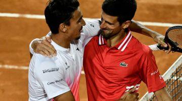HORMAT: Djokovic (kanan) bersua dengan Sonego selepas tamat perlawanan semifinal di antara mereka berdua. — Gambar AFP