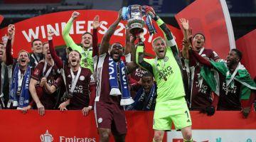 DETIK MANIS: Pemain Leicester City meraikan kejayaan di atas podium dengan trofi yang dimenangi selepas menewaskan Chelsea dalam perlawanan akhir Piala FA Inggeris di Stadium Wembley. — Gambar AFP