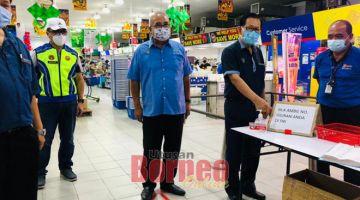 PERIKSA: Lee (dua kanan) semasa membuat pemantauan dan pemeriksaan di salah sebuah pasar raya di Miri, semalam.