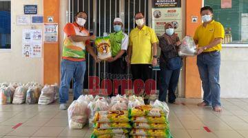 SUMBANGAN: Johnny (tiga kanan) bersama ahli SUPP serta wakil syarikat menyerahkan sumbangan kepada wakil ketua kaum Kampung Jabai dan Masjid Darul Islam Kampung Jabai, Bintulu.