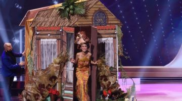 Francisca tampil dengan kostum ciptaan Carven Ong untuk slot Kostum Kebangsaan. - Gambar @inquiredotnet (Twitter)