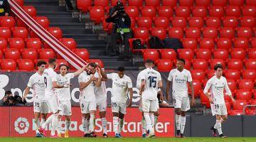 KONGSI KEGEMBIRAAN: Pemain pertahanan Real Madrid Nacho Fernandez diraikan rakan sepasukannya selepas menjaringkan gol pada perlawanan La Liga Sepanyol di antara  Athletic Club Bilbao dan Real Madrid CF di stadium San Mames di Bilbao, kelmarin. — Gambar AFP