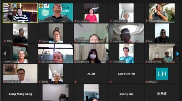 MESYUARAT DALAM TALIAN: Huang (kiri, atas) bermesyuarat menggunakan aplikasi Zoom bersama ahli-ahli jawatankuasa SUPP Cawangan Sarikei.