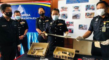 SIDANG MEDIA: Senjata termasuk pistol dan parang yang dirampas dipercayai digunakan oleh suspek untuk menyerang pasukan serbuan.