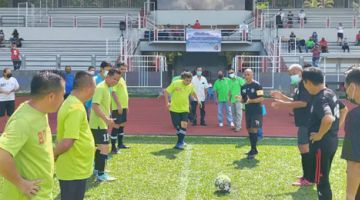 RASMI: Joe Sulaiman melakukan sepakan sebagai simbolik perasmian Pertandingan Bola Sepak Veteran Tertutup Piala DSP Dr Jeffery Kitingan di Stadium Penampang, baru-baru ini.