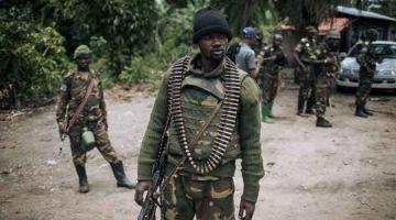 BERKAWAL: Gambar fail menujukkan Tentera Demokratik Congo mengadakan kawalan di perkampungan Manzalaho berdekatan Beni selepas diserang ADF. — Gambar AFP