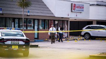 LOKASI KEJADIAN: Kelihatan pegawai polis berada di luar kelab, kelmarin, selepas tiga lelaki bersenjata menembak mati dua orang dan mencederakan  sekurang-kurang 20 orang di  kawasan Hialeah. — Gambar AFP