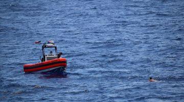 MENYELAMAT: Gambar fail bertarikh 27 Mei 2021 menunjukkan pengawal pantai AS  menghalang bot kecil dan menyelamatkan lapan mangsa 18 batu barat Key West, Florida. — Gambar AFP