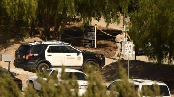 SIASAT: Kereta syerif dilihat diparkir di luar Balai Bomba 81 selepas insiden tembakan yang menyebabkan seorang anggota bomba maut dan seorang lagi cedera di Agua Dulce, California kelmarin. — Gambar AFP