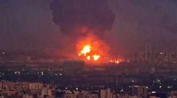 MARAK: Kepulan asap tebal dilihat di kilang penapisan minyak yang terbakar di Tehran, Iran kelmarin. — Gambar AFP