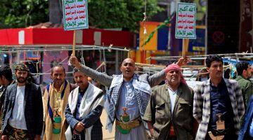 BANTAH: Penyokong gerakan pemberontak Huthi warga Yaman membantah kepungan yang dikenakan kerajaan campuran Arab Saudi ke atas negara mereka, di bandar Sanaa, kelmarin. — Gambar AFP
