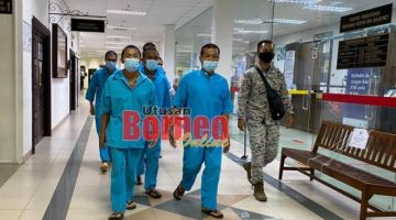 Kesemua tertuduh semasa berada di lobi Mahkamah Kuching hari ini.