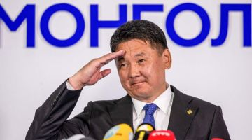 MENANG: Gambar menunjukkan Khurelsukh Ukhnaa menyampaikan ucapan selepas memenangi pilihan raya presiden di Ulaanbaatar, Mongolia kelmarin. — Gambar AFP