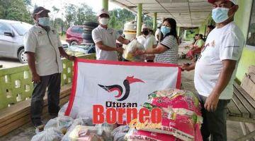 BANTUAN KERAJAAN GPS: Penghantaran dan penyerahan Bantuan Bekalan Makanan Sarawakku Sayang kepada penduduk di salah sebuah rumah panjang di kawasan DUN Kakus.