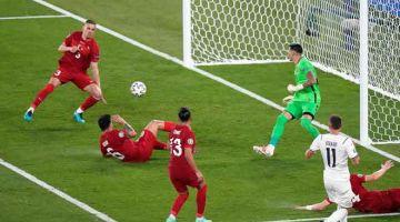 PERLAWANAN TUMPUAN: Antara babak-babak aksi perlawanan pembukaan Kejohanan Euro 2020 di antara Itali dan Turki yang berlangsung di Stadium Olympic di Rom. Itali menang 3-0. — Gambar AFP