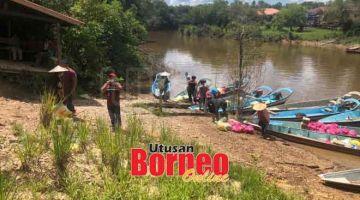 UNTUK PENDUDUK: Penghantaran bantuan makanan melalui sungai dengan perahu panjang ke beberapa rumah panjang di pedalaman kawasan DUN Kemena.