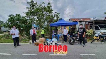 BAKUL MAKANAN: Huang bersama kakitangan Pusat Khidmat DUN Repok mengagihkan bakul makanan di bawah Bantuan Sarawakku Sayang (BKSS) 6.0 kepada KIR berdaftar di DUN Repok.