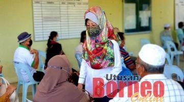 Fatimah sempat beramah mesra bersama penerima vaksin di PPV Stadium Dalat hari ini.