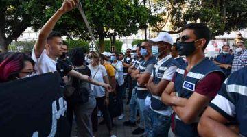 TERKAWAL: Anggota polis mengetatkan kawalan ketika berlaku tunjuk perasaan di bandar utama Tunis di Tunisia. — Gambar AFP