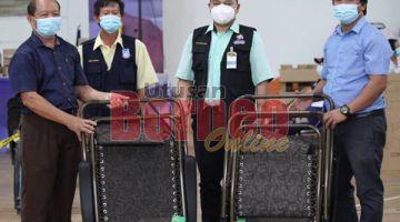 SERAH: Dioslin (kiri) menyampaian sumbangan kepada pegawai KKM Beaufort