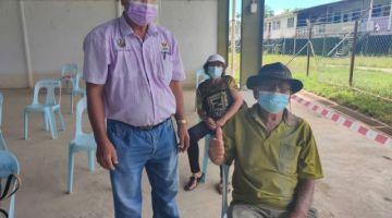 Penghulu Sanok bersama bapa mertuanya, Ganya Unau (duduk) sebagai warga emas tertua berumur 98 tahun yang menerima suntikan vaksin di PPV bergerak di Dewan Masyarakat Punan Rumah Ado Lubok Kubong Kakus Tatau.