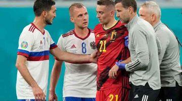 SERIUS: Castagne dibawa keluar padang untuk menerima rawatan selepas pertembungan kepala dengan pemain Rusia, Daler Kuzyaev dalam aksi Kumpulan B. — Gambar AFP