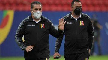 RESAH: Jurulatih Venezuela, Jose Peseiro berada di Stadium Mane Garrincha di Brasillia untuk aksi Copa Amerika 2021. — Gambar AFP