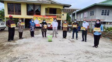 Juanda (tengah) ketika simbolik pengagihan BKSS 6.0 di salah sebuah kampung di DUN Jemorwng.