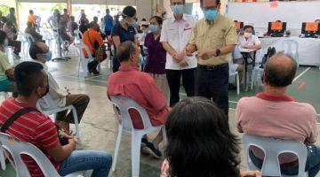 Lee (berdiri) meninjau PPV Dewan Dato Permaisuri Permyjaya hari ini.