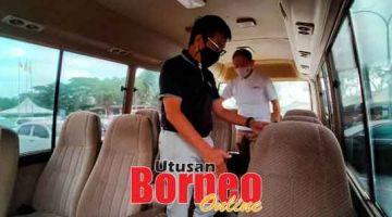 INISIATIF: Dr Annuar enggau Jason meresa gaya ba dalam bas mini ti deka nyadi unit PPV Mobile di kandang menua Sibu.