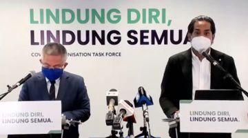 AUM MEDIA: Khairy (kanan) bejaku maya aum media disempulang Dr Adham.