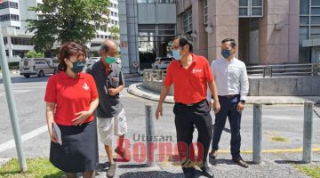 PENUMPANG KE 100: Chong (dua kanan) emggau Kaban Kunsil Nengeri (ADUN) Pending, Violet Yong (kiba) lebuh ke nyambut penatai penumpang tauka penerima ti nepan teksi enda bebayar ke-100, kemari.